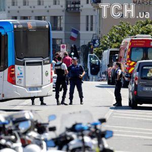 В Марселе водитель влетел в две автобусные остановки, есть погибший