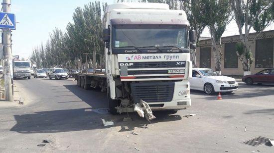 В Одесі вантажівка протаранила мікроавтобус і відкинула його на пішоходів на тротуарі