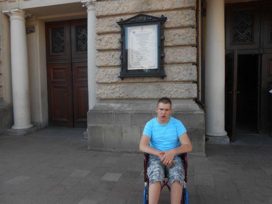 Ігор просить підтримати його у лікування ДЦП
