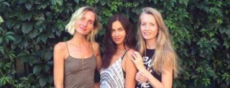 В платье с разрезом: Ирина Шейк отдыхает с подругами