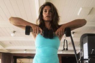 В отличной форме: Синди Кроуфорд показала, как занимается в спортзале