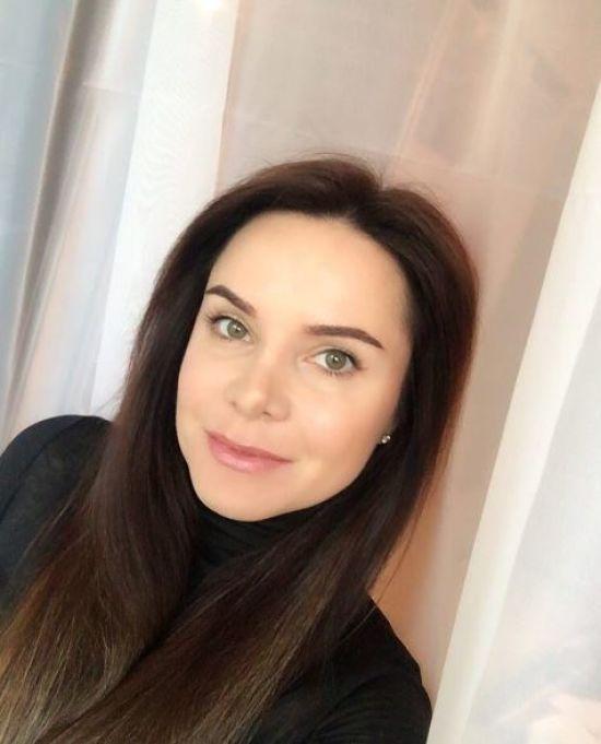 Струнка Лілія Подкопаєва приміряла стильну вишиванку