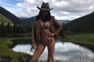 """В нижнем белье и питоновых ботильонах: сексуальный """"ангел"""" Адриана Лима в фотосъемке Victoria's Secret"""