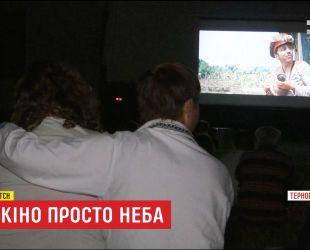 На Тернопольщине священник устроил для прихожан кинотеатр под открытым небом