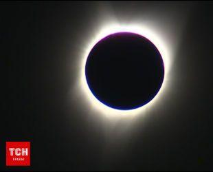 Момент повного сонячного затемнення над США