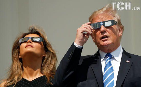 Емоційний Трамп та елегантна Меланія: як президентське подружжя за сонячним затемненням спостерігало