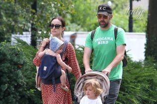 Без макияжа: Оливия Уайлд с мужем была замечена на прогулке с детьми