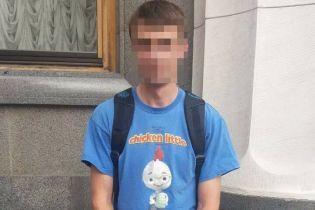 """У Києві затримали молодика, який зробив """"антидержавний нецензурний надпис"""" на вікні Верховної Ради"""