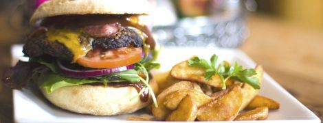 В Британии уменьшат размеры бургеров и пиццы: детей будут спасать от ожирения