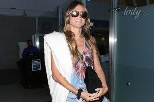 В пестром платье и с улыбкой: Хайди Клум в аэропорту Лос-Анджелеса