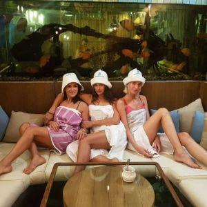 В белой простыне: Ирина Шейк показала фото из бани