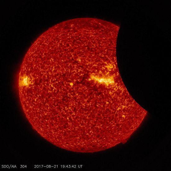 NASA показало фото сонячного затемнення, які перехоплюють дух