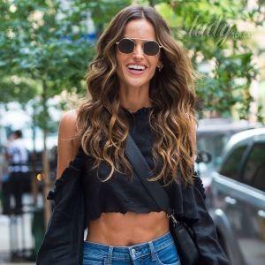 В необычном топе и джинсах-скинни: Изабель Гулар дефилирует на кастинг Victoria's Secret