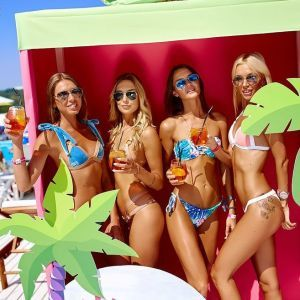 Вечеринка на киевском пляже: крошечные бикини, сексуальные ягодицы и зажигательные танцы