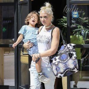 Без каблуков, но с макияжем: стильная Гвен Стефани на прогулке с детьми