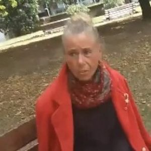 В Италии украинка живет на скамейке в парке и никого к себе не подпускает