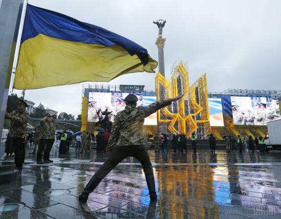 """Україна святкує День державного прапора: у Дніпрі та Харкові підготували масштабні """"подарунки"""""""