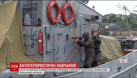 В Одесском порту прошли тренировки боевых пловцов