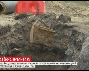У Вінниці відкрили дореволюційний сейф, який виявили під чотириметровим шаром землі