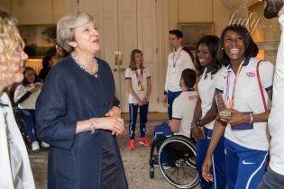 В синем пальто и экстравагантных туфлях: Тереза Мэй встретилась со спортсменами