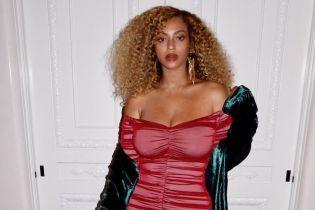 В обтягивающем мини: Бейонсе вышла в свет дешевом и откровенном платье