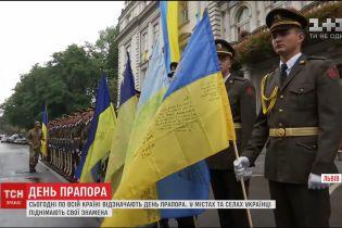 До Дня Прапора по містах та селах українці піднімають свої знамена