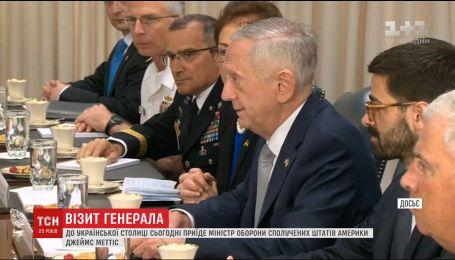 Міністр оборони США приїде в Україну, аби розглянути можливість надання летальної зброї