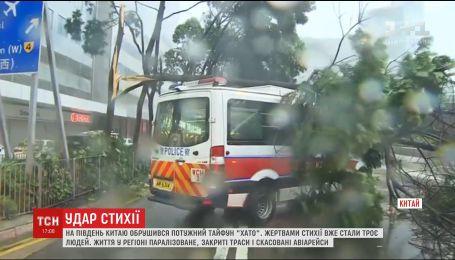 Жертвами мощного тайфуна на юге Китая уже стали три человека