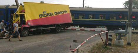 На Луганщині вантажівка зіткнулася із пасажирським потягом