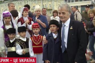 Із мудрими словами та ароматною кавою: в Києві кримські татари привітали Україну з Незалежністю