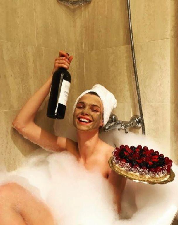 Фото в бикини и кавер на Сердючку. Что постит в Сети первая украинка в шоу Victoria's Secret Дарья Хлистун
