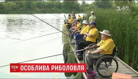 Порибалити і поспілкуватись: десятки візочників взяли участь у Чемпіонаті із риболовлі