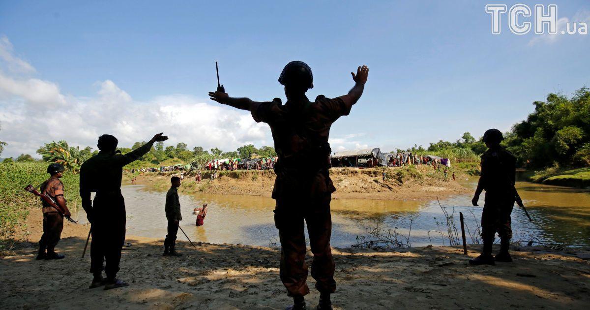 Бенгальские пограничники не пропускают рохинья в  свою страну.