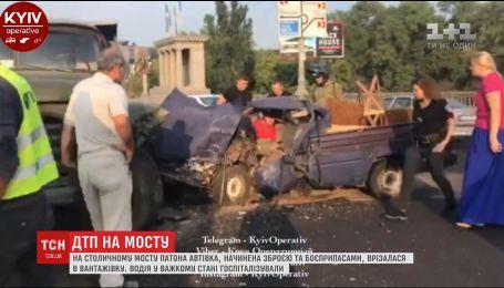 На столичном мосту Патона москвич, начиненный оружием, врезался в грузовик