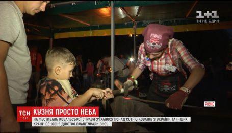 Сотни людей со всей Украины съехались на фестиваль кузнечного искусства в Ровно