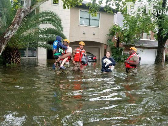 У США під час буревію Гарві загинули дві людини, а в затопленому Г'юстоні в будинках уже плаває риба