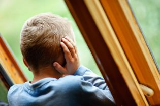 В Мариуполе маленькие дети двое суток просили из окна еду у прохожих