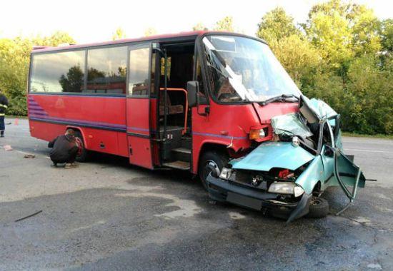 На Вінниччині пасажирський мікроавтобус розтрощив легковик, є загиблий