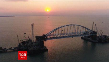 Росія встановлює залізничну арку у Керченській протоці