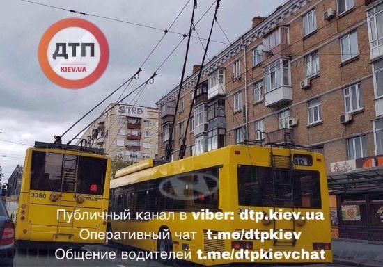 У Києві десятки тролейбусів зупинилися через обрив мережі і спричинили величезний затор