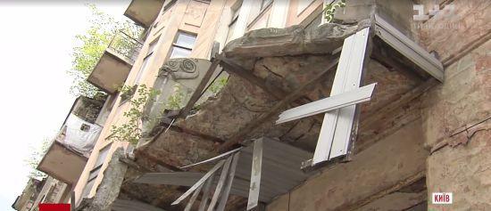 У центрі Києва від архітектурної пам'ятки відвалився балкон