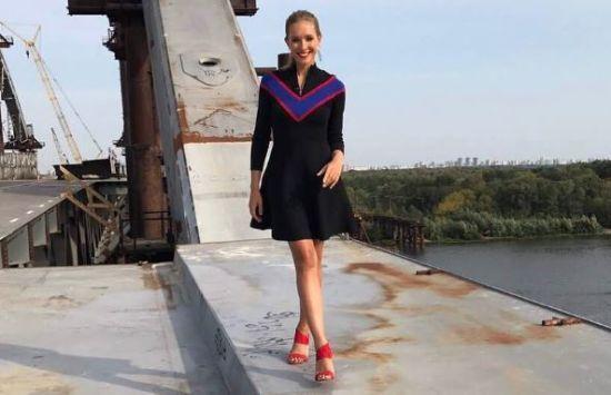 Струнка Катерина Осадча похизувалася довгими ногами у бібліотеці