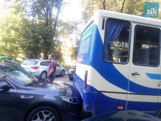 У Львові автобус із журналістами в'їхав у авто очільника ОДА