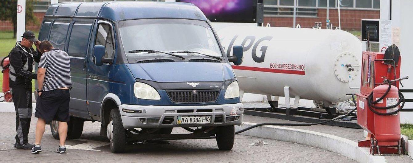 На АЗС дефіцитний автогаз продовжує дешевшати, але поповзли вгору ціни на бензин і дизпальне
