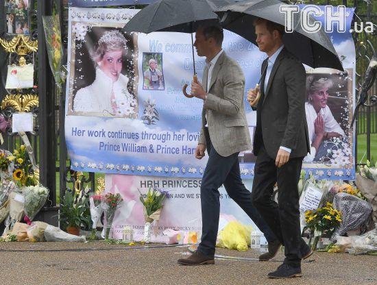Квіти, спогади, скандальний фільм: у Лондоні вшанували 20-ті роковини смерті принцеси Діани