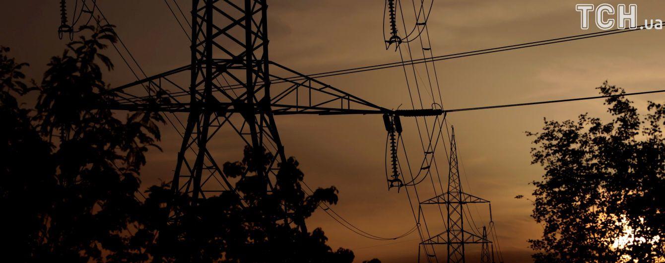 Сильные ветры опять посреди ночи оборвали  электропровода в двух десятках сел