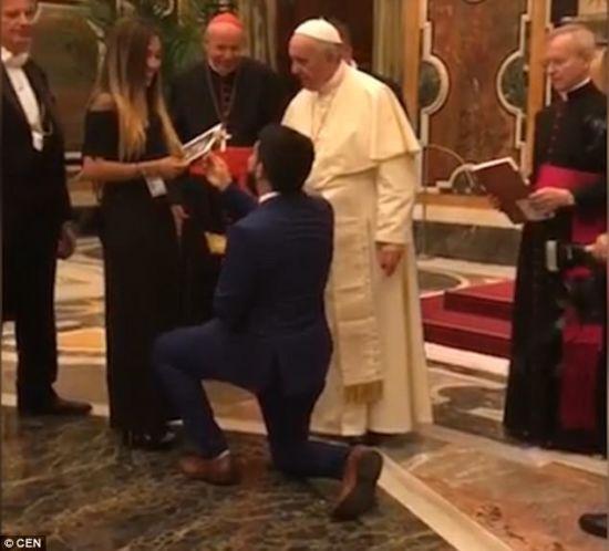 Венесуельський активіст освідчився своїй дівчині у коханні перед Папою Римським