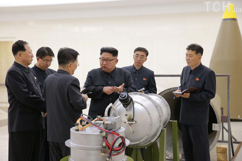 кім чен ин наставляє своїх працівників щодо ядерної програми