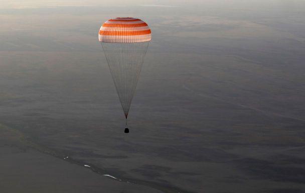 Яскраве приземлення з парашутами і радісні усмішки: на Землю повернулися троє космонавтів з МКС