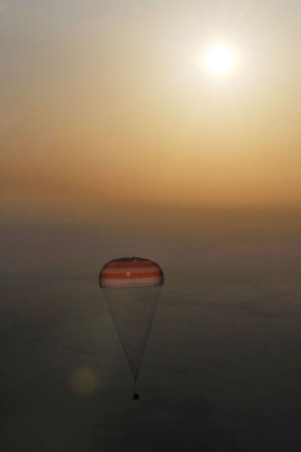 Яркое приземления с парашютами и радостные улыбки: на Землю вернулись трое космонавтов с МКС